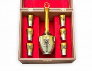 Cognac zirconia set 'CUSTOM' with a decanter in a wooden box, exclusive souvenirs