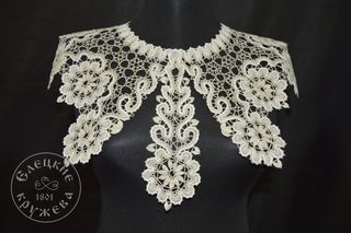 Collar with lace tie