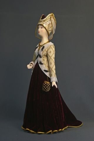 Doll gift. Court dress early 14th century. France.