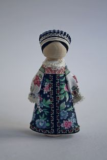 Suspension souvenir doll. Girl's costume. Wood, textile.