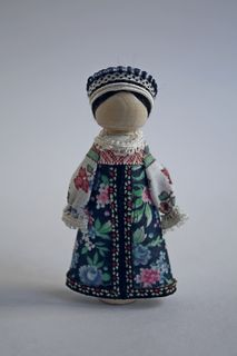 Suspension souvenir doll. Girl's costume. Wood, textile.