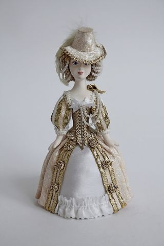 Doll gift. The Queen in hunting costume, 17th century