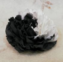 Hair clip brooch rose black and white milotto