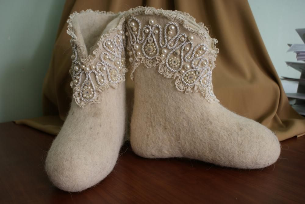 Boots with lace and beads
