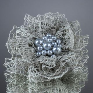 Brooch lace pearls