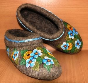 Slippers for women of natural sheep wool with painting / hand embroidery