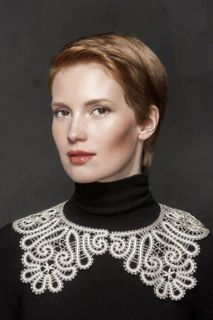 Round collar lace on the neckline with flared ends