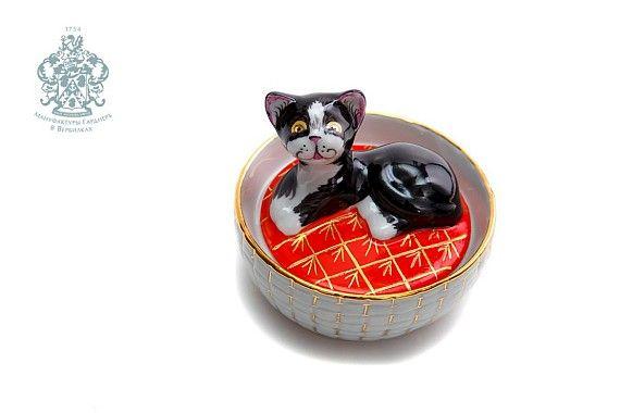 Sculpture box 'Kitten in a basket'