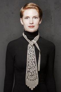 Tie women's lace with a pattern of swirls