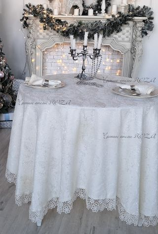 Tablecloth with lace on the Louvre