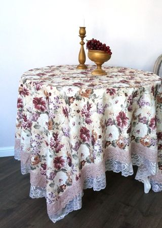 Tablecloth with lace clearing
