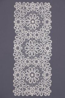 Carpet lace with a pattern of daisies