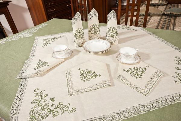 Set of table linen with chain stitch embroidery and machine lace