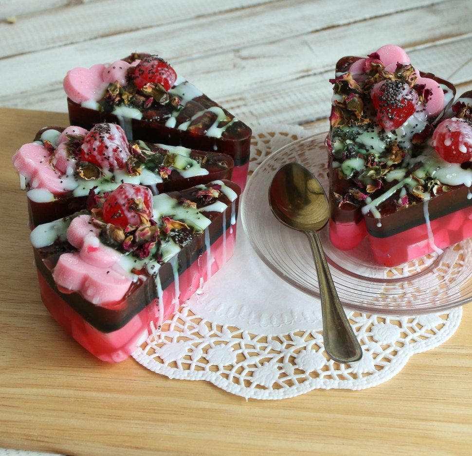 Cake with Roses - the author's solid shower gel