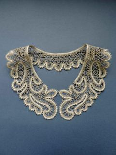 Collar lace with floral ornaments, the coupling technique of weaving