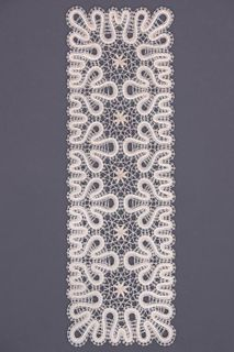 Carpet lace with a rectangular ornament in the form of trehletnego