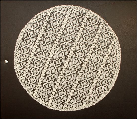 Doily round lace from engine 40 cm