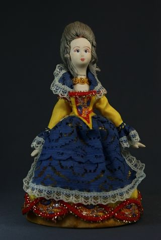 Doll gift porcelain. The maid of honor in pridvornogo suit. The beginning of the 18th century. Western Europe.