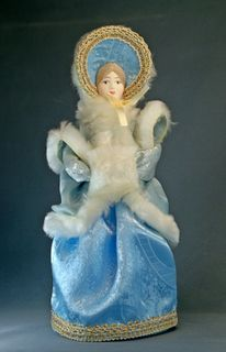 Doll gift porcelain. The lady in the fur coat with perelini and clutch. 2nd quarter 19th century, Petersburg.