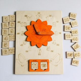 Clock with moving arrows - a visual aid