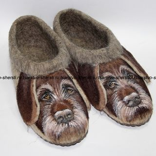 Slippers for men of natural sheep wool with painting