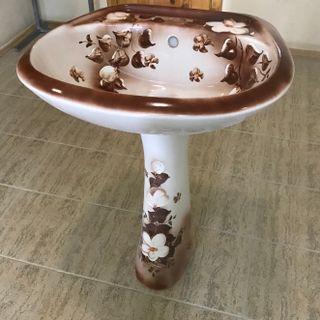 Wash basin with a pedestal