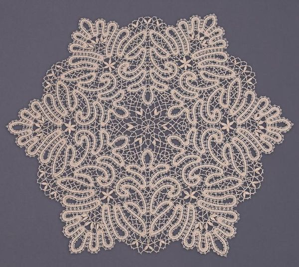 Doily lace round, the coupling technique of weaving