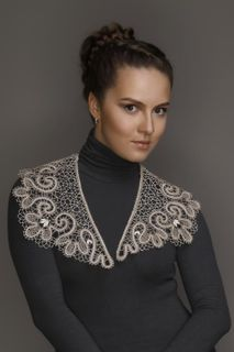 Collar lace with ornament in the form of trilistnika and curls