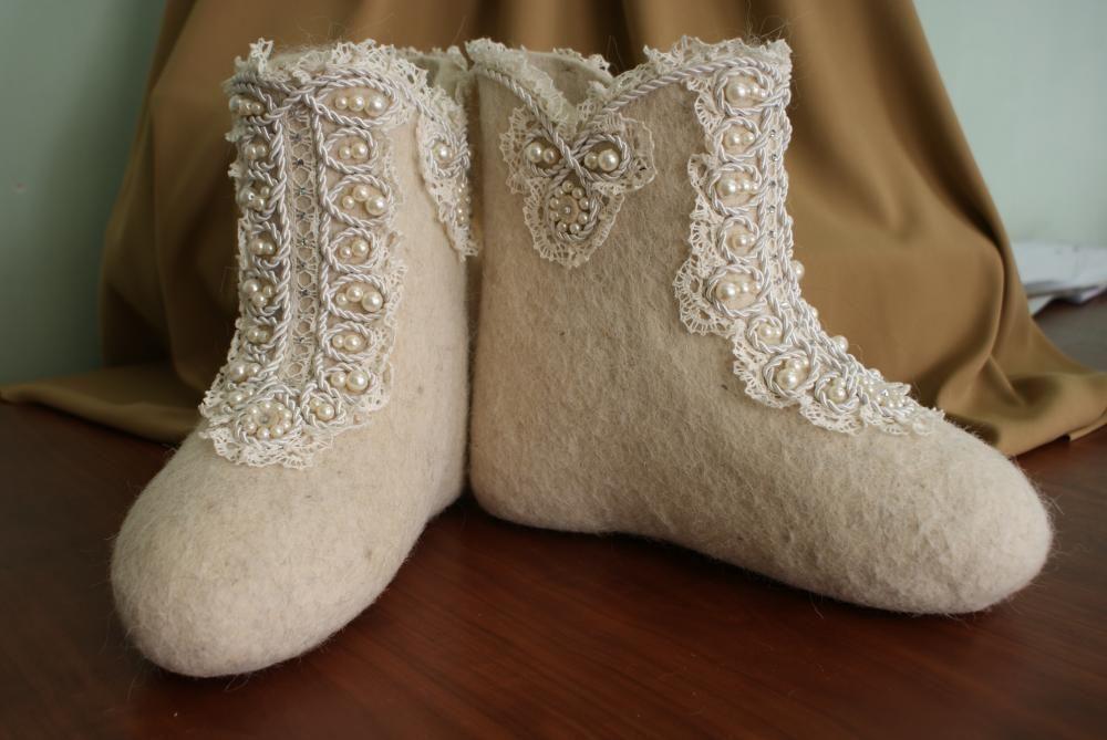Boots with felt appliqué