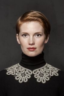 Collar lace with a pattern of alternating cinquefoil with trehlistnyj