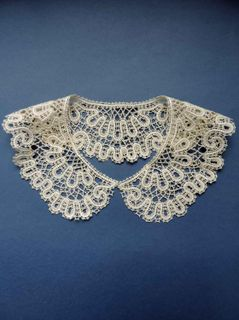 Collar lace with ornament in the form of cinquefoil