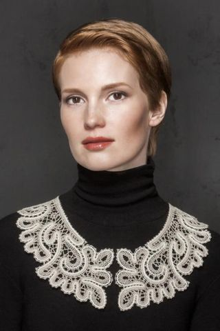 Collar lace with floral ornaments
