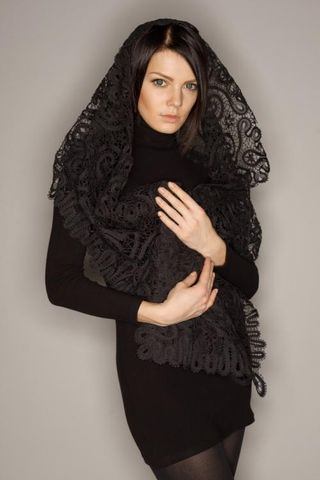 Scarf with lace ornament in the form of curls