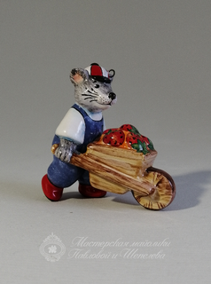 Mouse with wheelbarrow (dad) is a product of ceramics in engineering of the Yaroslavl majolica