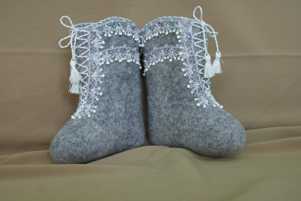 Children's boots with decorative cord and tassels