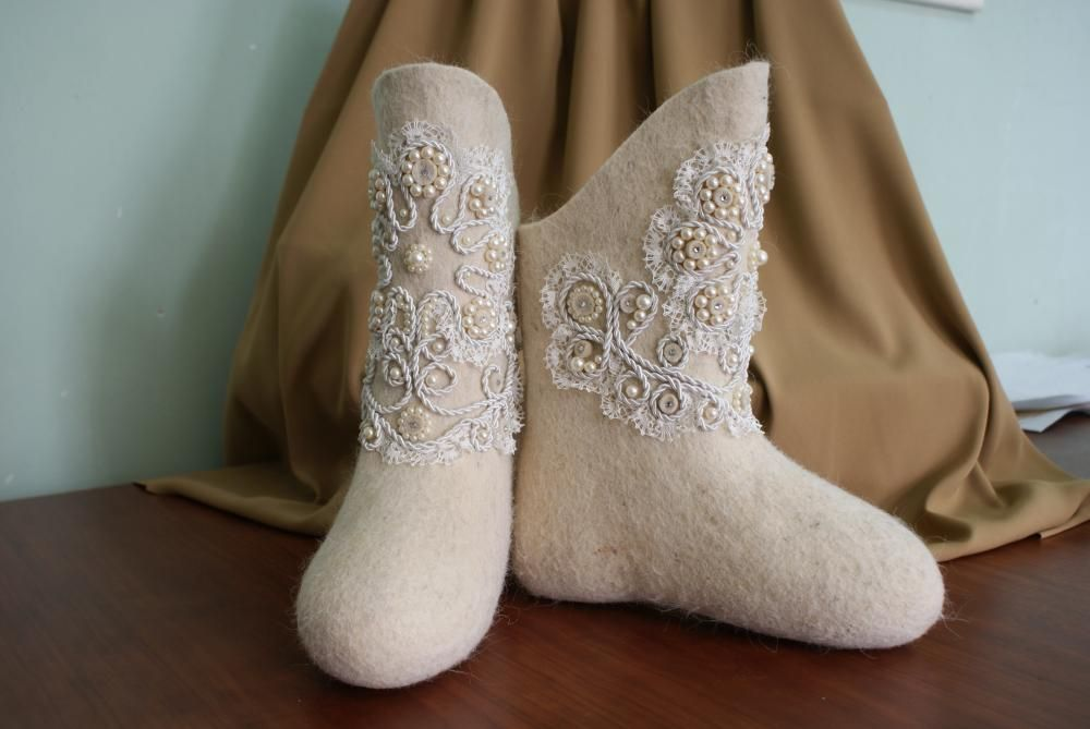 Boots with decorative twisted cord