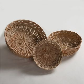 Set of wicker plates with lace